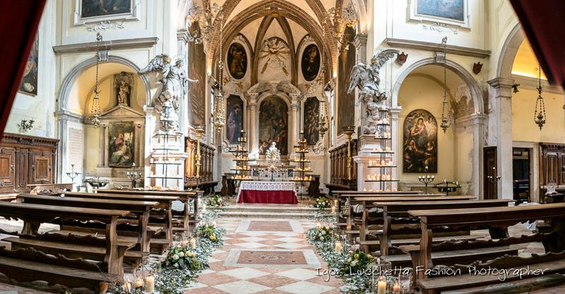 Preparazione chiesa per matrimonio